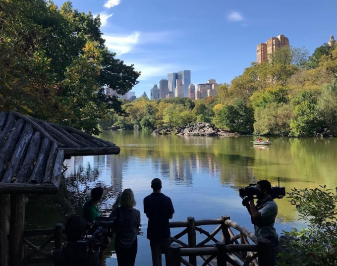Phil Rosenthal and his wife being filmed in Central Park